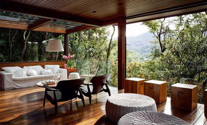 Профессиональное остекление балконов деревом