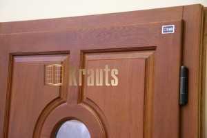 Стильная деревянная входная дверь