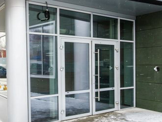 Алюминиевое окно во входной группе